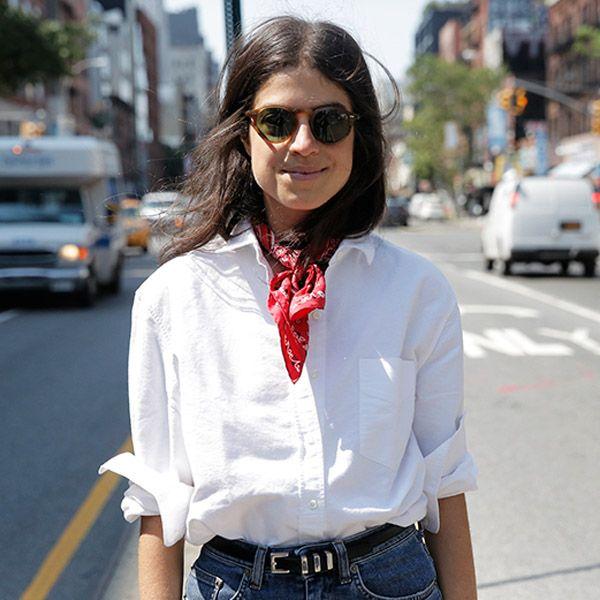 Look de Leandra Medine com bandana vermelha.