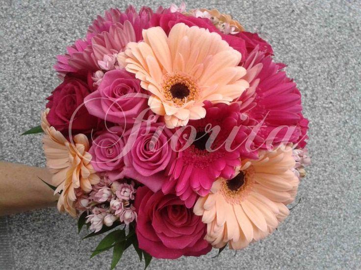 Svatební kytice z různobarevných gerber, růží a bouvardii