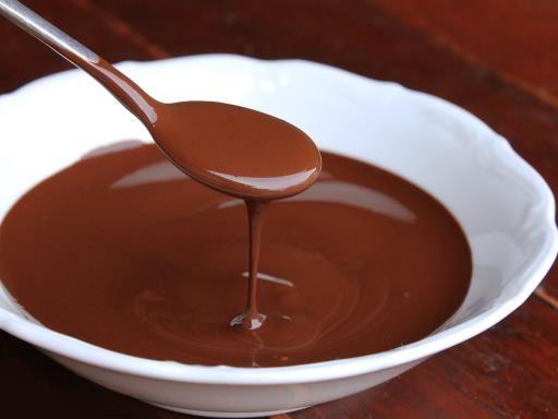 Recette de Comment faire une sauce au chocolat fondu qui ne durcit pas - 2 tablettes de chocolat noir - 25 cl de crème liquide ou semi-liquide Gout noistte