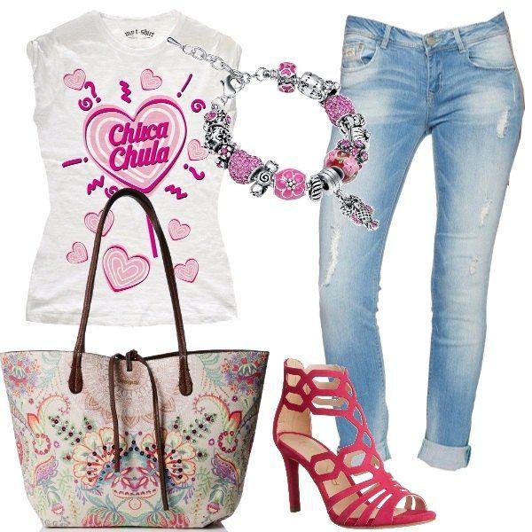 La t-shirt in questo outfit è il fulcro, è di cotone, bianca ed ha una simpatica stampa nei toni del rosa, la abbiniamo a dei jeans skinny, con leggeri strappi e un lavaggio chiaro. Ai piedi, un paio di sandali rosa, in pelle con tacco a spillo, borsa a mano reversibile, in fantasia da un lato e marrone dall'altro e, per completare il nostro outfit un bracciale placcato argento con molte perle e un ciondolo nei toni del rosa.