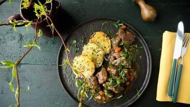 Stoofpotje van lam met rösti's van aardappel en bieslook