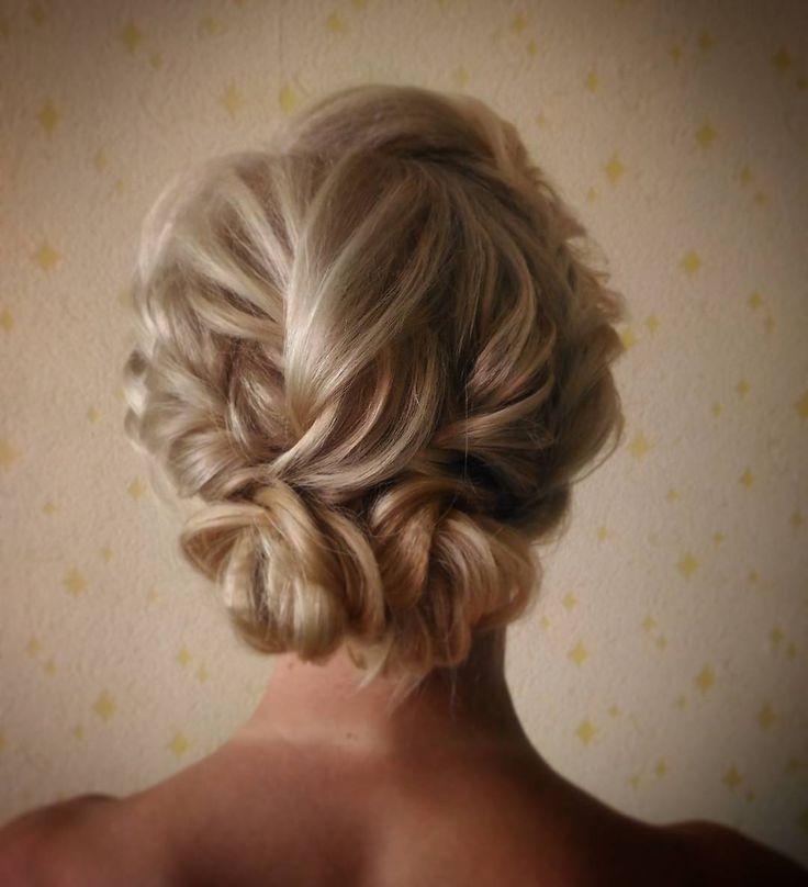 Блондинка за блондинкой у меня)  Пучочек с плетением �� #свадебныйстилистспб #свадебныймакияжспб #прическаспб #прическиспб#невеста #невестаспб#невеста2017#стилистнасвадьбу #визажистспб #визажистпушкин #обучениеприческамспб #weddingstylist #weddingstyle #curlyhar #hairupdo #hairstyle #hudabeuty#hairtutorial #weddingday #weddingdress #crown #jewelry #justmarried #фотостудия #фотоссесия#обучениепрически#локоны#кудри#curlyhar #мклоконы#обучениеприческиспб@bombayhair @hair.club @hairstyles…