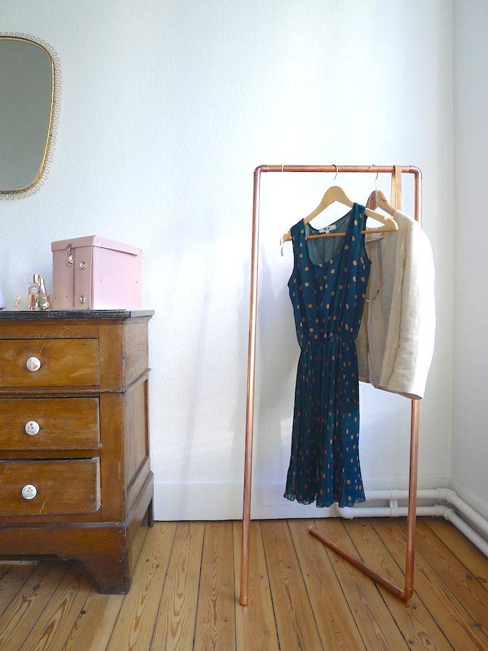 L'idée était de fabriquer un petit mobilier pratique et esthétique pour éviter de laisser s'entasser les vêtements sur une chaise dans la chambre: un portant à vêtements dans une version 100% cuivr...