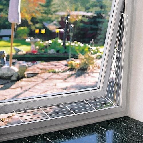 Zabezpieczenie okna uchylnego dla kota.