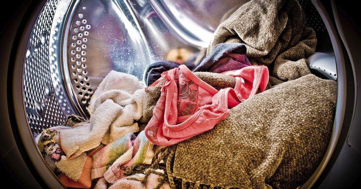 Como lavar roupas delicadas na máquina de lavar. Algumas peças de roupa são muito delicadas e não podem sofrer a centrifugação da máquina de lavar, por isso o ideal seria lavá-las manualmente. Entretanto, a lavagem manual é trabalhosa e às vezes requer um tempo do qual não dispomos. É possível lavar roupas delicadas, como sutiãs com bojo, peças de seda e até mesmo tênis, na máquina! Atualmente, ...