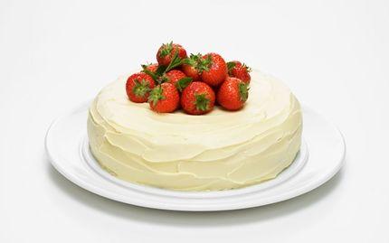 Rabarber- och jordgubbsmoussetårta med kladdkaksbotten och vit choklad.