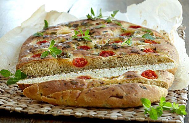Kom squash i dit brød og få en dejlig saftig og velsmagende krumme. Foccacia med squash og tomat er super lækkert tilbehør til hoved- eller forretten.