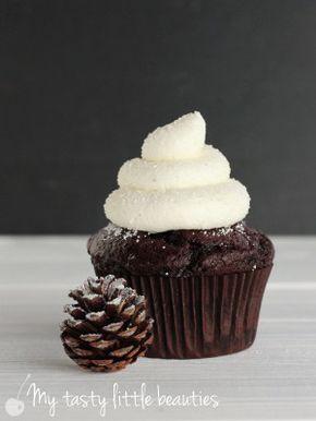 saftige Schoko-Cupcakes - Rührteig mit Sahne, reichlich Kakao, Öl, Mandeln und Sahnetopping - http://mytastylittlebeauties.de/2016/01/winter-cupcakes/