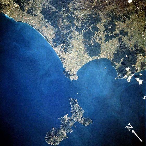 Vue satellite de l'île (en bas)