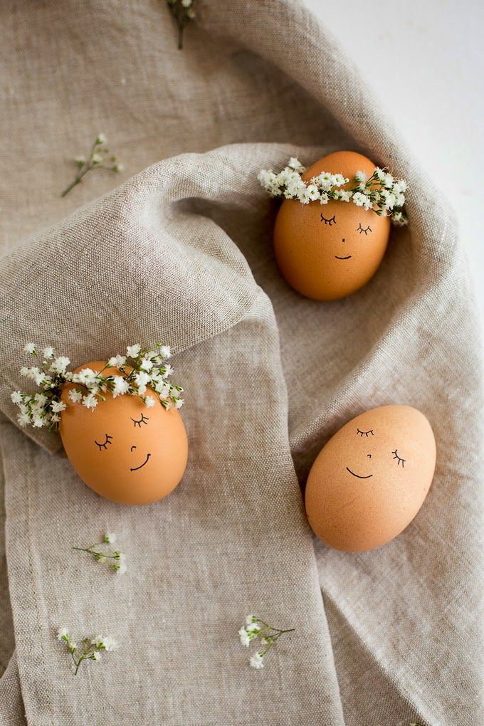 Niedliche Stirnbänder aus Blümchen für die Ostereier. >> Now I know what to do with my brown eggs! Floral Wreath Crowned Easter Eggs DIY - Flax & Twine