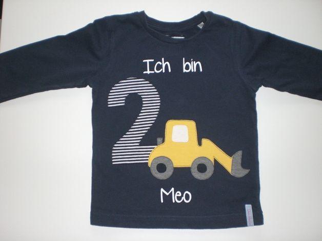 Ihr seht hier ein wunderschönes Shirt zum Geburtstag kleiner Baggerfans. Es ist versehen mit der gewünschten Zahl, dem Namen des Kindes und einem knallgelben Bagger! Da werden kleine Augen leuchten!