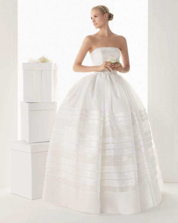 BREMEN - Vestido en organza de seda en color natural  772 Chaqueta de tul y organza de seda en color natural y K19 Tiara de swarovsky en color marfil