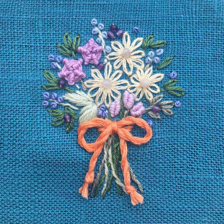 いいね!477件、コメント3件 ― 【atelier Ao】 Mayuさん(@atelier.ao)のInstagramアカウント: 「* ターコイズ色のリネンに、花束を刺繍しました。 * アメジストを飾っています。 * * * #花束#薔薇 #embroidery#刺繍 #Bouquet #DMCembroidery #刺繍作家…」