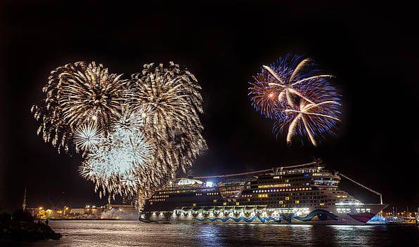 AIDAstella ist getauft! Zehn Taufpatinnen und großes Feuerwerk lassen neues Kreuzfahrtschiff erstrahlen