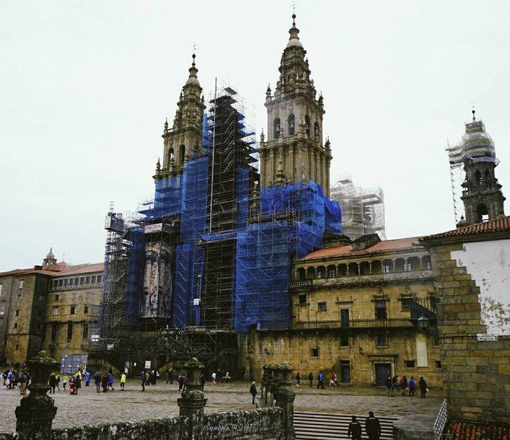 Al final hemos intentado visitar Santiago pero la lluvia no nos ha dado tregua por lo que ha sido una visita muy fugaz encima la catedral la tiene con andamios. Hemos tenido que huir hasta Combatre aqui no llueve  #tropoGalego #seo #cathedral #Santiago #compostela #vsco #vscogood #vscogrid #vscohub #vscocam #vscolovers #vscofashion #conmiradademadre #conmiradadepadre #hellocreatividad #photooftheday  #sony #sonyA7 #A7 #sonyCamera #sonyAlpha #Alpha #alphaCamera #camera #mirrorless…