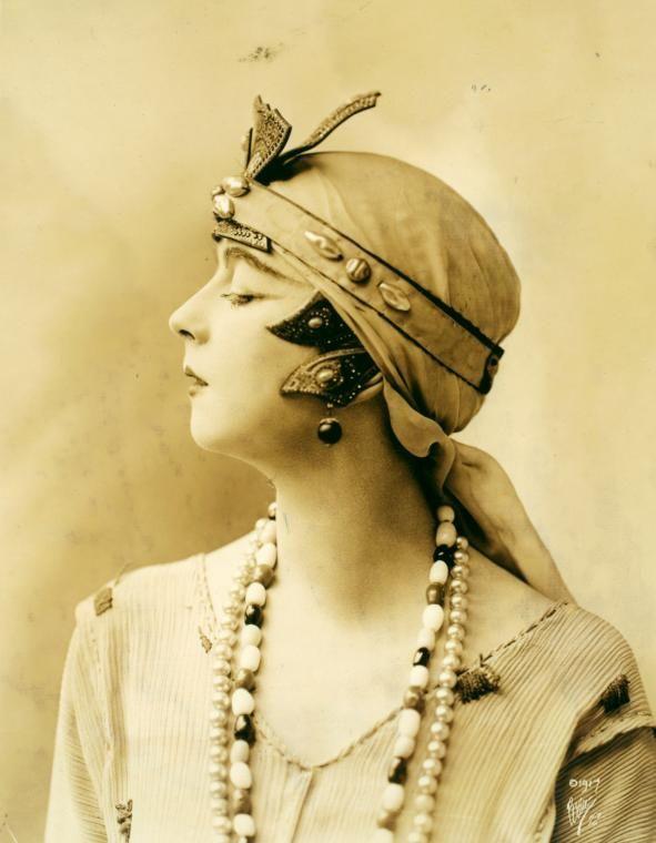 Ruth Saint Denis fue una bailarina estadounidense, pedagoga y pionera de la danza moderna