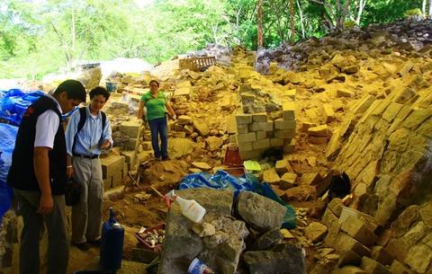 Honduras - nuevo Sitio Arqueologico Rastrojón abre al publico proximamemte.  Ubicado a 2 kms del parque arqueológico de Copan Ruinas , llamado así por su densa vegetación y difícil acceso. Este importante lugar es calificado por los investigadores como un asentamiento guerrero y fue identificado por un grupo de arqueólogos en el año 1979,  Gracias a avances en los trabajos de restauración, el Instituto Hondureño de Antropología e Historia trabaja para que Rastrojón esté abierto en julio…