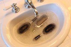 Saviez-vous que le bicarbonate de soude peut facilement nettoyer vos brosses à cheveux ?