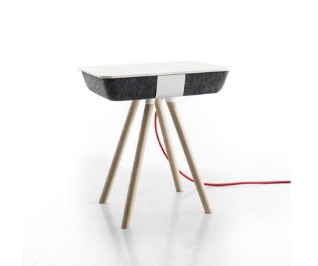 Stolik Pad Box Wood z dodatkowym miejscem na przechowywanie urządzeń elektronicznych.