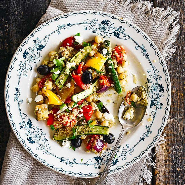 Een makkelijke salade voor op een doordeweekse avond. De quinoa in deze salade zorgt ervoor dat de maaltijd licht verterbaar is. Voor deze salade kun je verschillende soorten groente gebruiken, kies wat er in het seizoen is en gril ze in de oven. De...