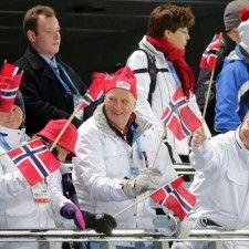 SOTSJI - Koning Harald is donderdagmiddag niet voor niks gaan kijken bij de landenwedstrijd van de Noordse combinatie. Zijn landgenoten Håvard Klemetsen, Magnus Moan, Magnus Krog en Jørgen Graabak toonden zich het beste bij het schansspringen en de 4x 5 kilometer langlaufen en bezorgden Noorwegen in Sotsji de 10e gouden medaille bij de Winterspelen.