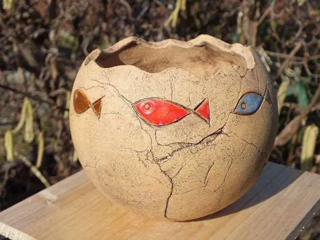 ...ein hübscher farbenfroher Pflanztopf aus lederfarbenem Ton mit bunt glasierten Fischen... Meine Keramiken sind alles Unikate, handgetöpfert aus hochwertigem Ton und zweimal gebrannt.  Ton und...