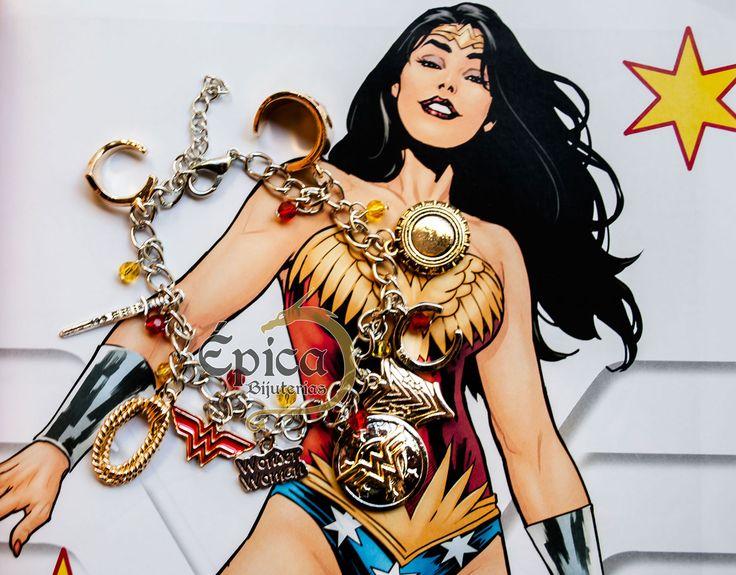 Linda pulseira com pingentes da Mulher Maravilha / Wonder Woman. Possui um total de 10 pingentes diferentes, nenhum repetido. Como escudo, laço mágico, tiara, logo, espada, etc.