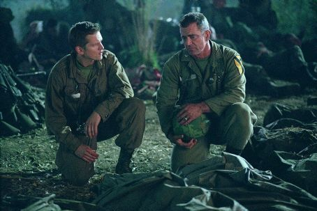 Barry Pepper as Joe Galloway and Mel Gibson as Hal Moore,  We Were Soldiers (2002)