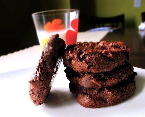 Un biscotto con tre tipi di cioccolato e qualche pizzico di sale marino. Denso, cioccolatoso e perfetto con un bicchiere di latte.