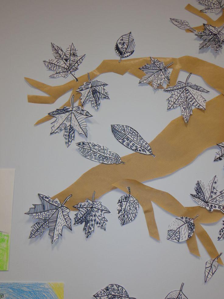 feuilles d'arbres en graphisme au feutre noir. CP novembre