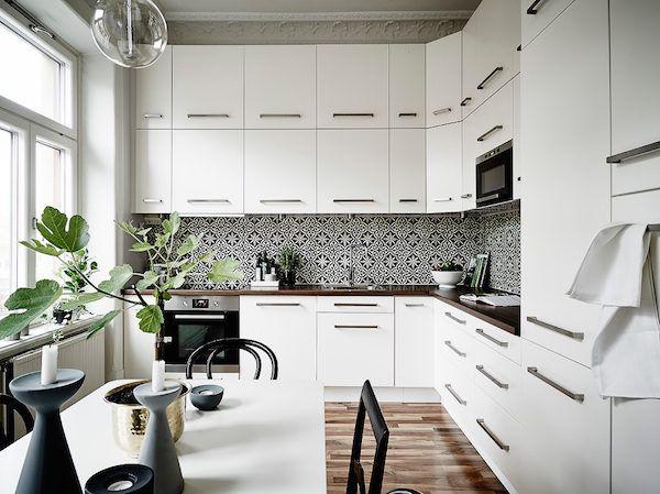 Mosaic tiled splashback in the kitchen of an elegant Swedish space. Entrance / Jonas Berg / Stil & Rum.