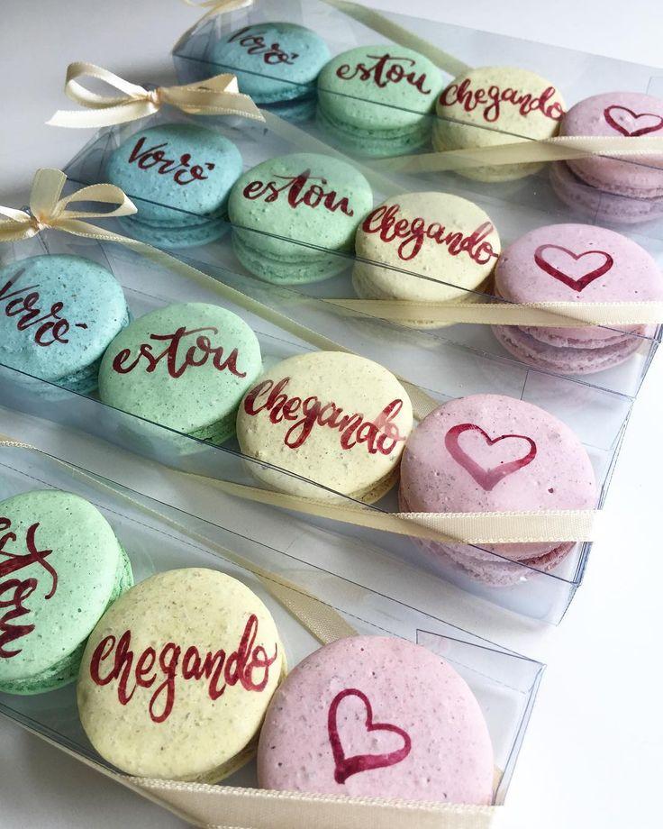 Mais um baby chegando! Amamos as candy colors escolhidas pela mamãe !    Caixinha com 4 personalizados R$ 3000 ! . . . #maymacarons #macarons #macaronspersonalizados #nossosmacarons #macaronsparapadrinhos #nossasembalagens