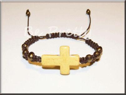 Pulseira em fio de algodão castanho com contas de metal de cor cobre e cruz de pedra natural amarela.
