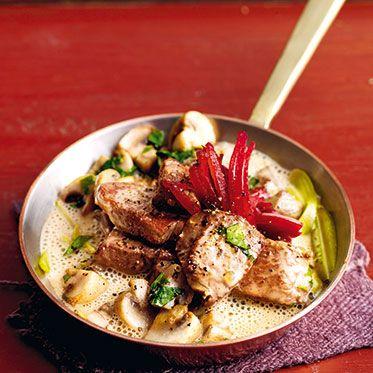 Filet Stroganoff mit Wodka und Roter Bete  Zutaten 600 g gut abgelagertes Rinderfilet, 50 g Cornichons (aus dem Glas), 1 große Schalotte (60 g), 200 g Champignons, 1 kleine gekochte Rote Bete (70 g, vakuumverpackt), ½ TL schwarze Pfefferkörner, Salz, 2 EL Olivenöl, 2 EL kalte Butter, 400 ml Bratenfond, ½ TL Kartoffelstärke, 1 TL scharfer Senf, 2 gehäufte EL Crème fraîche, 2 EL Wodka, 5-6 Stängel glatte Petersilie
