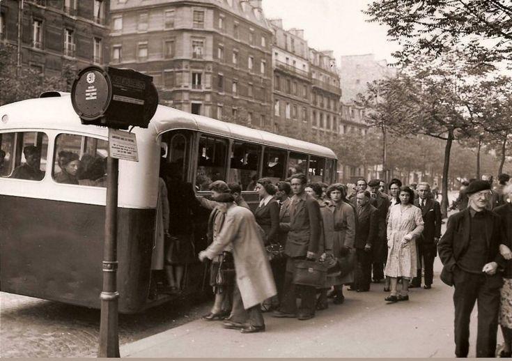 """Le boulevard Saint-Marcel au niveau de l'arrêt """"avenue des Gobelins"""", vers 1950  (Paris 5e/13e)"""