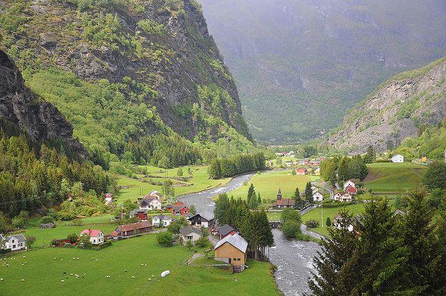 En el corazón del fiordo Aurlandfjord, uno de los paisajes más deslumbrantes (entre los deslumbrantes fiordos noruegos). Entre abruptos barrancos espaciados por laderas agrestes, cubiertas de bosques y con centenares de cascadas en altura. Bordeando un río a lo largo de 20 kilómetros en uno de los más bonitos paseos en tren del planeta, rodeado de picos nevados, granjas pintorescas. Así se llega a Flam, uno de los pueblos más irresistibles de Noruega.