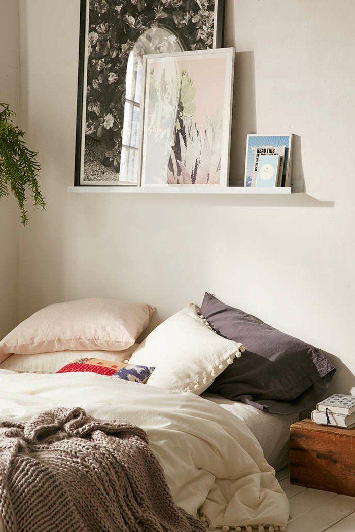 Leiste für Bilderrahmen   große Ölbilder und kleine Bücher, unordentliches Bett gelbe Wände
