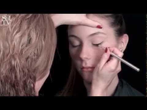 Se hvordan du laver en flot sort 60'er streg med en fast øjenskygge. Her har jeg brugt L'Oréals velours noir.