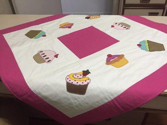 Toalha de mesa em patchwork com aplicação de cupcakes,estruturada com manta acrílica de excelente qualidade.Tecidos 100% algodão, não desbotam e não encohem, pois são pré lavados.    Cores e tamanho a escolher.