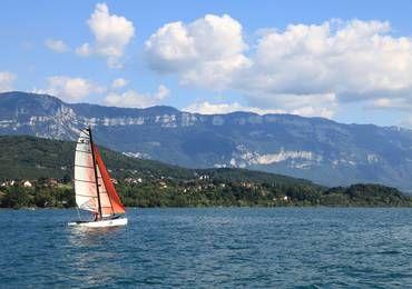 Catamaran sur le lac du Bourget avec vue sur le Revard