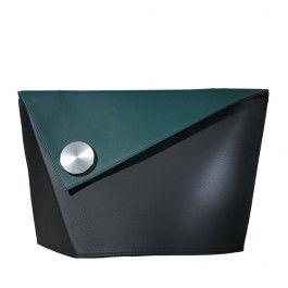 Den runde, patente magnetlås glider let på plads i den rette position. Har plads til Tablet PC'en. Kan også fås spejlvendt til venstrehåndede. Fås enten ensfarvet eller med forskellig farve på taske og magnetlås   Taskens standard farve: sort Magnetlås standard farver: sort, rød, vinrød, grøn æble, kastanje eller sten