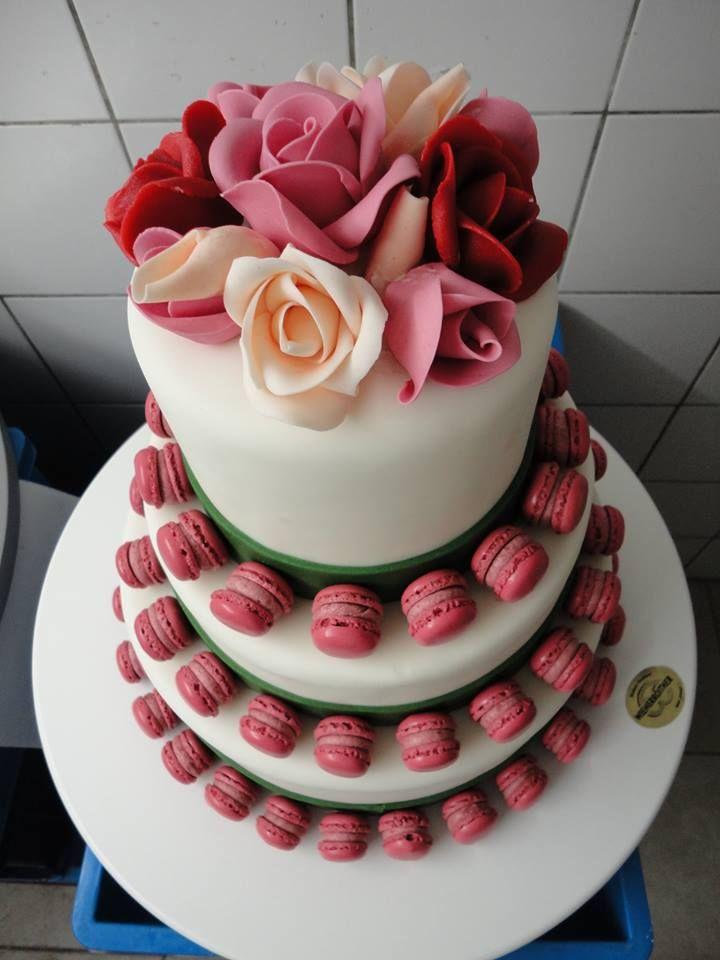 Makronen + Torte ergibt eine individuelle Hochzeitstorte by Wienerroither. #food #torte #essen #bäckerei #backery #maguat #baker #dessert #hochzeit #wedding