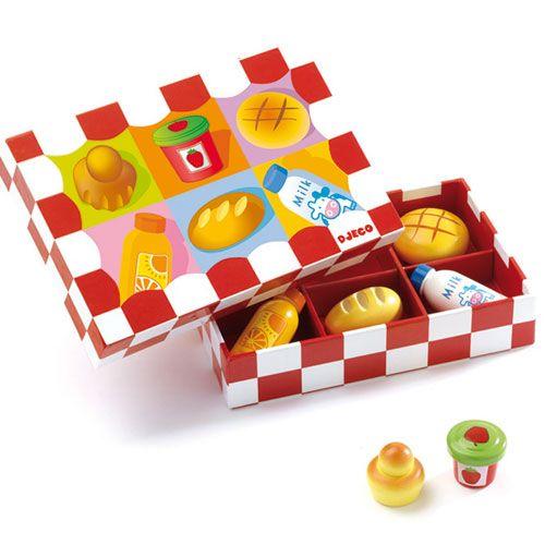 Super ! Je peux inviter mes poupées et mes amis à venir prendre le petit déjeuner. Une fois la table mise, tout est prêt pour se régaler : lait, jus d'orange, brioche à tête, pain, petite brioche et confiture !