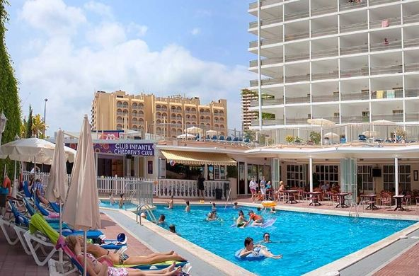 Hotel con solarium y piscina para adultos y niños, hamacas, sombrillas, duchas y aseos. La piscina está adaptada para personas discapacitadas. #Benidorm // Hotel with sun terrace with swimming pool for adults and children, sunbeds, parasols, showers and toilets. Swimming pool adapted for disabled people.