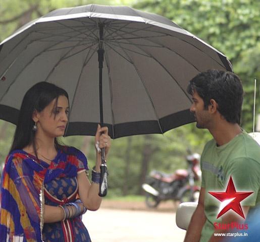 Khushi and Arnav chatting while on a break #isspyaarkokyanaamdoon