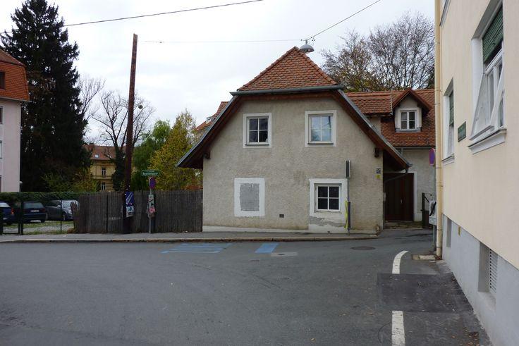 Rosenberggasse 11: Nahversorgung hieß früher auch, dass die Geschäfte sehr nahe beieinander waren. Die Eingangstür (rechts) ist nur noch mit Mühe zu erkennen.