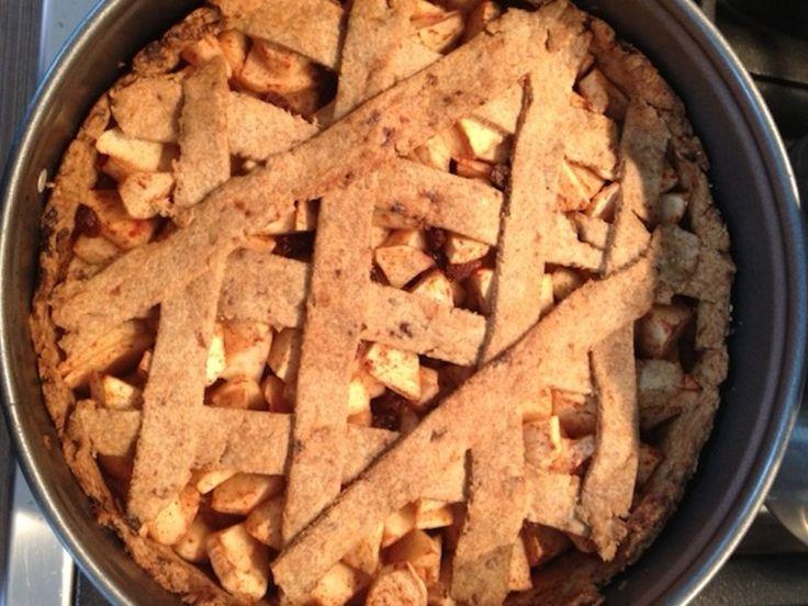 Recept voor suikervrije appeltaart. Met abrikozen, rozijnen en de appels zelf als zoetstof. Daarnaast ook zonder boter en eieren dus volledig plantaardig.