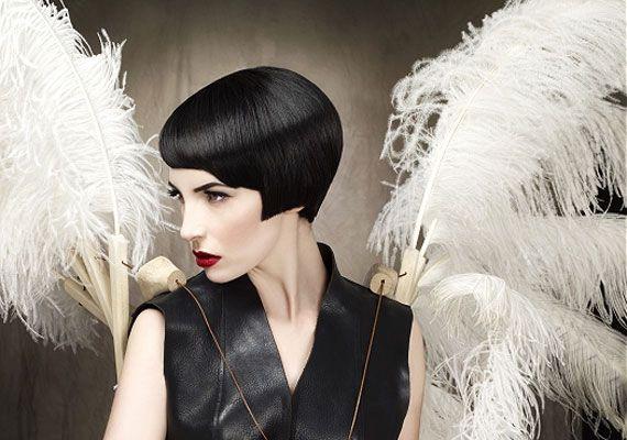 A sötét haj az egész megjelenést kicsit szigorúbbá teszi, ez a hossz pedig az arccsontra helyezi a figyelmet, ami határozottabbnak tűnik.
