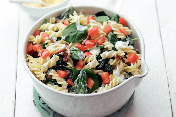 Kijk wat een lekker recept ik heb gevonden op Allerhande! Spinaziepasta. Echt heel lekker en snel klaar! Krokante spekjes, de nog knapperige spinazie en friszoete tomatenblokjes zijn een heerlijke combinatie. De crème fraîche maakt het lekker smeuïg.