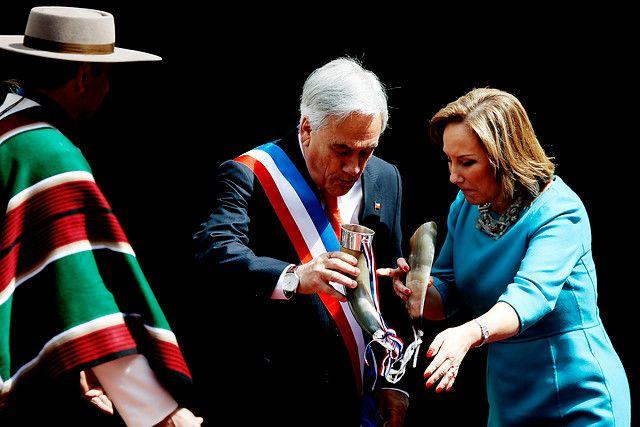18 de Septiembre del 2012/ SANTIAGO.  El Presidente de la República, Sebastian Piñera, se le cae el vino del cacho en el marco de las celebraciones de fiestas patrias,  realizadas en el patio de los cañones del Palacio de la Moneda  FOTOS:DAVID CORTES SEREY/AGENCIAUNO